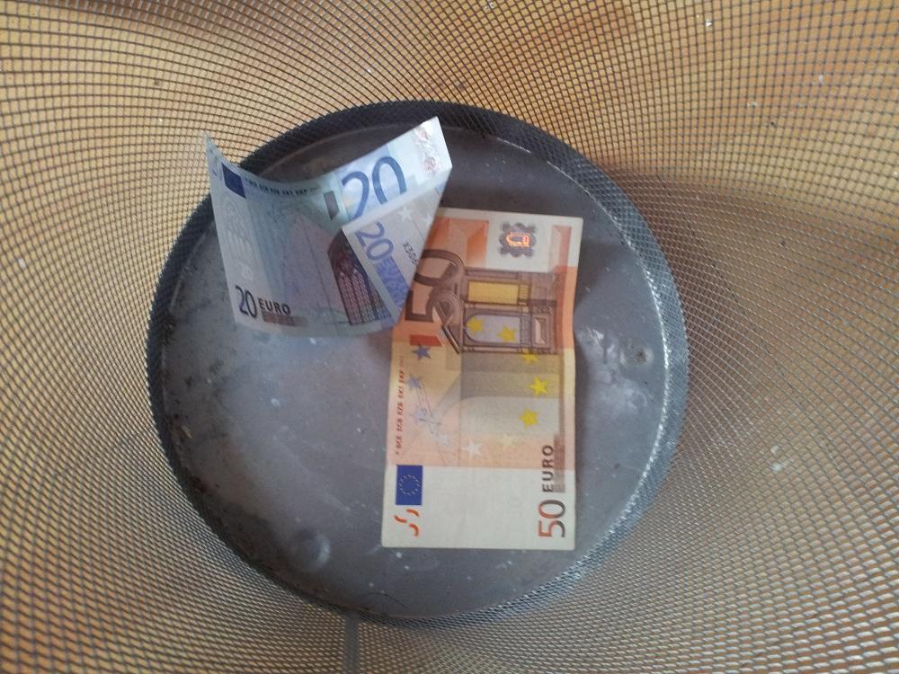 Geldscheine-im-mueleimer