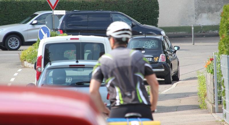 Radfahrer mit Fahrradhelm