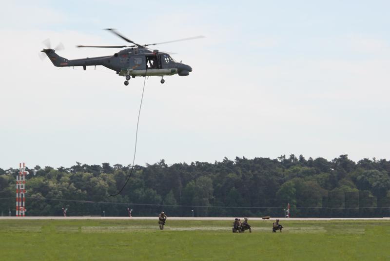 Hubschrauber setzt Soldaten ab