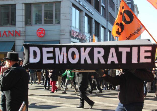 Demokratie symbolisch beerdigen