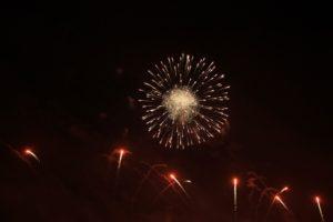 feuerwerk-raketen-und-feuerblume
