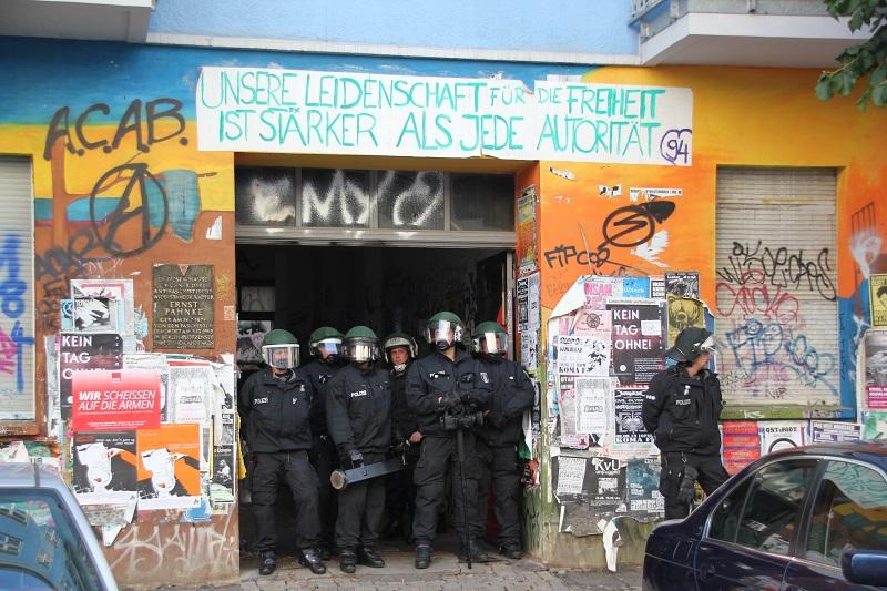 Polizei stellt sich vor Haus in Berlin