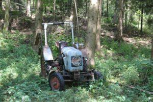 Traktor im Wald