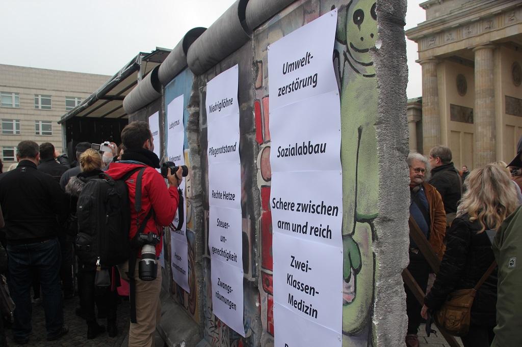 Aufstehen Kundgebung Symbolmauer 2