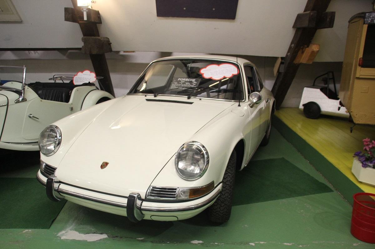 Porsche mit runden Scheinwerfern